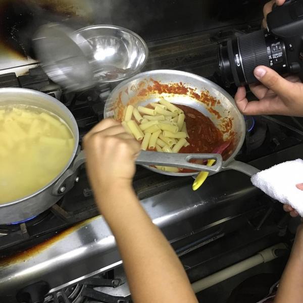 茹でたパスタをみんなで作ったソースに移し、炒めていきます!#ちびっこうべ  #ちびっこうべ2016  #こどものまち  #KIITO  #アランチェート