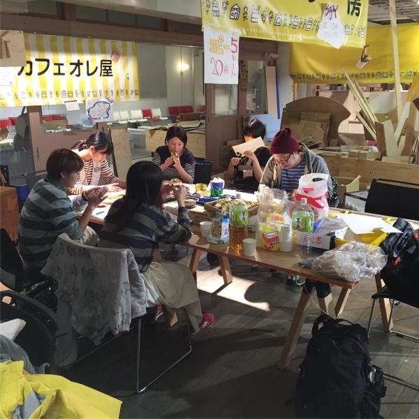 明日はまちオープン最終日。前夜に会場では大人が夜な夜ななにか作業中… #ちびっこうべ2016 #ちびっこうべ #こどものまち #KIITO #ワークショップ #神戸