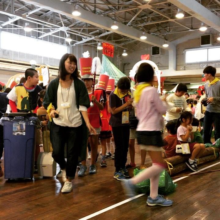 ちびっこ音楽隊のマーチング!まちの時間を音楽で知らせてくれます!(黒いぼうしをかぶっているのは警備にあたっているけいさつかんです) #ちびっこうべ2016 #ちびっこうべ #こどものまち #KIITO #ワークショップ #神戸